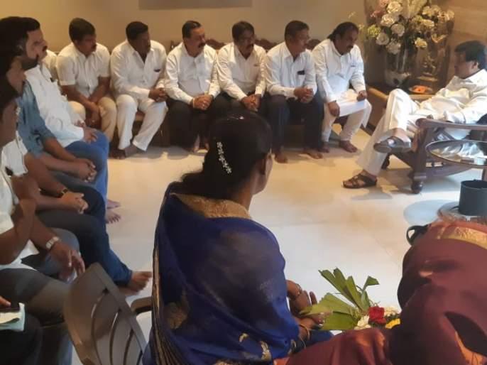 Ashok Chavan of Congress corporators of Sankhe-Tedh area of Sangli: A visit to Nanded   काँग्रेस नगरसेवकांचे अशोक चव्हाण यांना साकडे-तिढा सांगलीच्या जागेचा : नांदेड येथे घेतली भेट