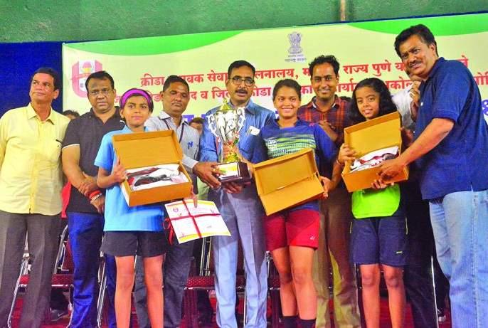 State level badminton tournament: Nashik, Pune, Mumbai Division dominated by team | राज्यस्तरीय बॅडमिंटन स्पर्धा :नाशिक, पुणे, मुंबई विभाग संघाने राखले वर्चस्व
