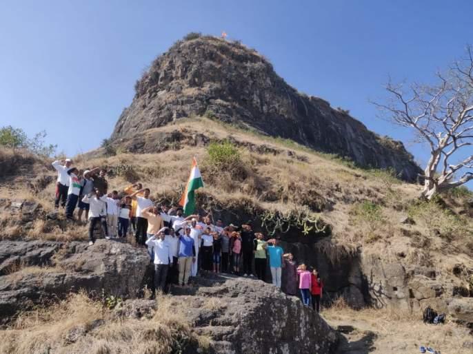 Flag hoisting activities on forts   गडकिल्यांवर ध्वजारोहण करण्याचा उपक्रम