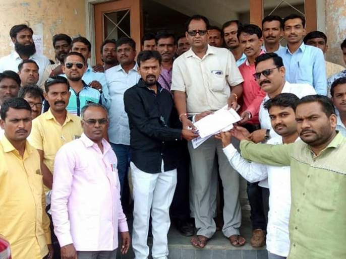 Request for protest against lathi charge in Mumbai | मुंबईतील लाठीचार्जच्या निषेधार्थ निवेदन