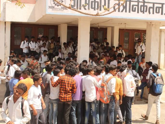 Students' agitations for water | तंत्रनिकेतनमध्ये पाण्यासाठी विद्यार्थ्यांचा टाहो