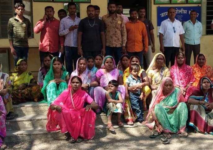 Gondkhel women arrested for demanding drunkenness at Jamner police station | दारूबंदीच्या मागणीसाठी गोंडखेळच्या महिला धडकल्या जामनेर पोलीस ठाण्यावर