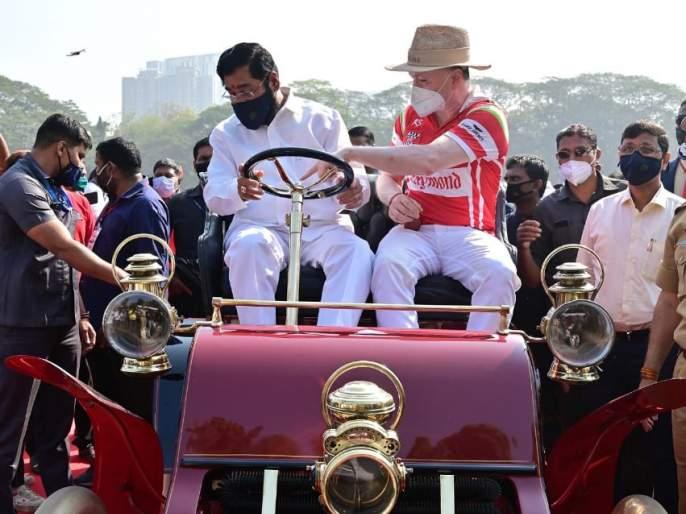 Guardian Minister Eknath Shinde experienced the journey of 'Vintage Car' in Thane | पालकमंत्री एकनाथ शिंदे यांनी ठाण्यात अनुभवली 'विंटेज कार'ची सफर