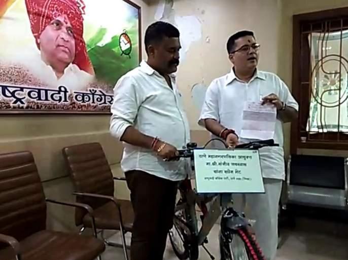 NCP's gifted bicycle to the commissioner who was supporting corruption | भ्रष्टाचाराला पाठीशी घालणाऱ्या आयुक्तांना राष्ट्रवादीकडून सायकल भेट, 'त्या' ठेकेदाराचे नागपूर कनेक्शन