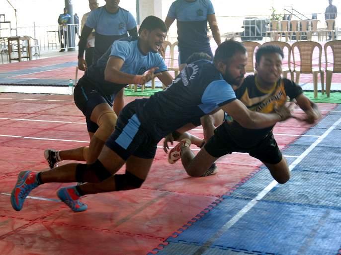 Shivaji University, Aurangabad University, four teams in the next round; Western divisional kabaddi competition | शिवाजी विद्यापीठ, औरंगाबाद विद्यापीठासह चार संघ पुढील फेरीत; पश्चिम विभागीय कबड्डी स्पर्धा