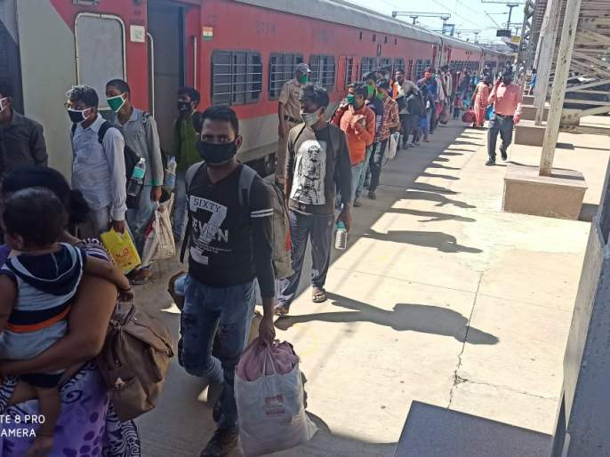 One thousand 32 laborers sent to Uttar Pradesh by labor train | श्रमिक रेल्वेतून उत्तर प्रदेशला एक हजार ३२ मजूर रवाना