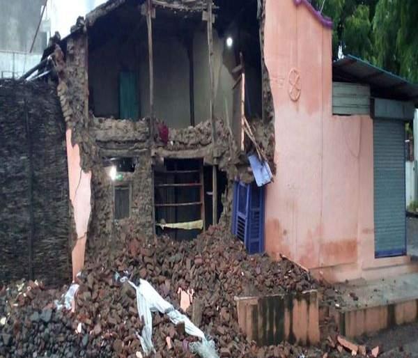 Rahmat Manzil slab collapsed in the Mahim | माहीममध्ये रहमत मंझिलचा स्लॅब कोसळला
