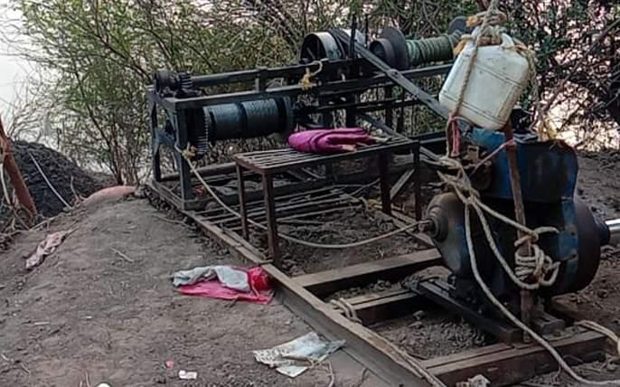 Parbhani: Sand blasting machine seized in Vazur Shivar | परभणी : वझूर शिवारात वाळू उपसा करणारे यंत्र जप्त