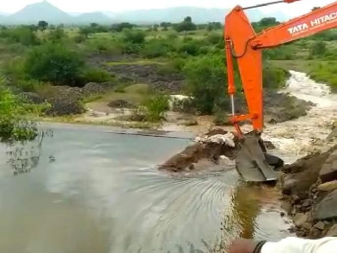 Talwade falls into Bhamer canal   तळवाडे भामेर कालव्याला गळती