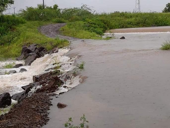 The road from Varakute-Malwadi was carried away | वरकुटे-मलवडीतील रस्ता गेला वाहून