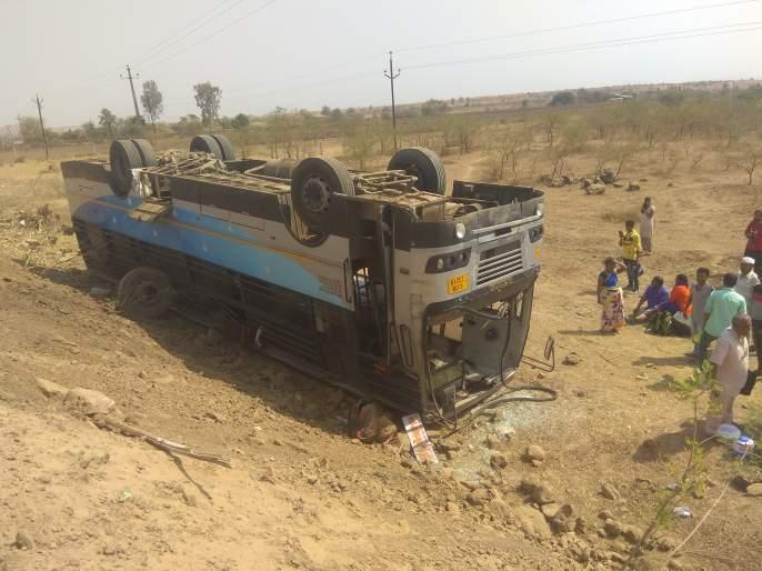 Wani-Saputara road accident on the road | वणी-सापुतारा रस्त्यावर बसला अपघात
