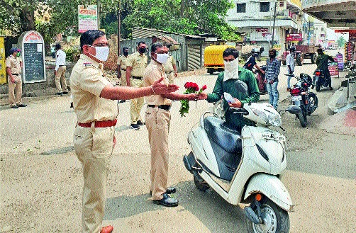 Gandhigiri of the police with a rose flower | गुलाबपुष्प देऊन पोलिसांची गांधीगिरी