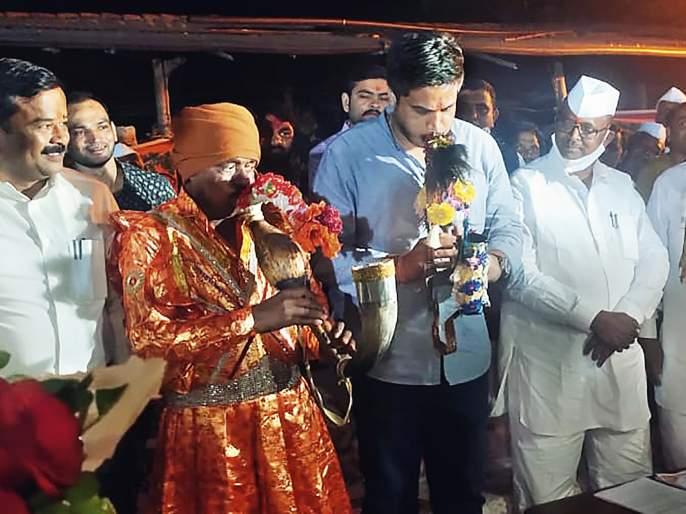 Rohit Pawar's footsteps trembled at the festival of mountains of Kalvan | कळवणच्या डोंगऱ्या देव उत्सवात थिरकली रोहित पवार यांची पावले