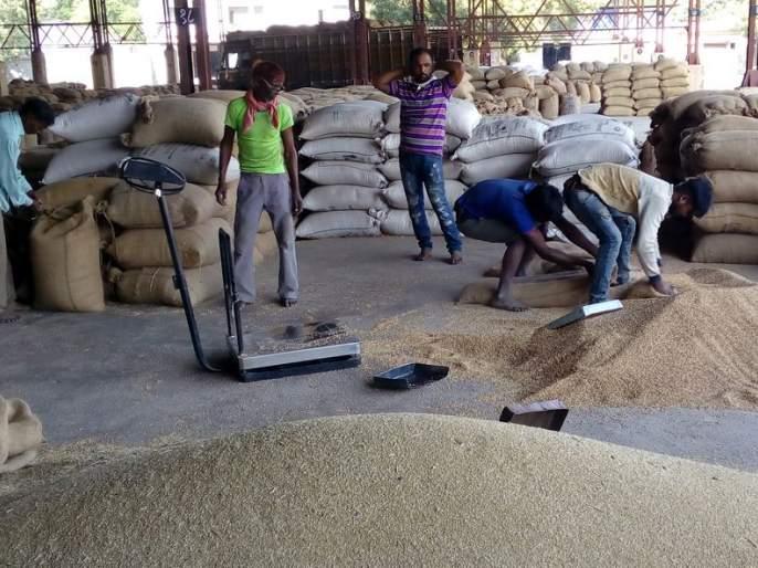 The sharp rise in prices between porters and traders has finally come to an end | हमाल-मापाडी व व्यापारी यांच्यातील दरवाढीचा तिढा अखेर सुटला