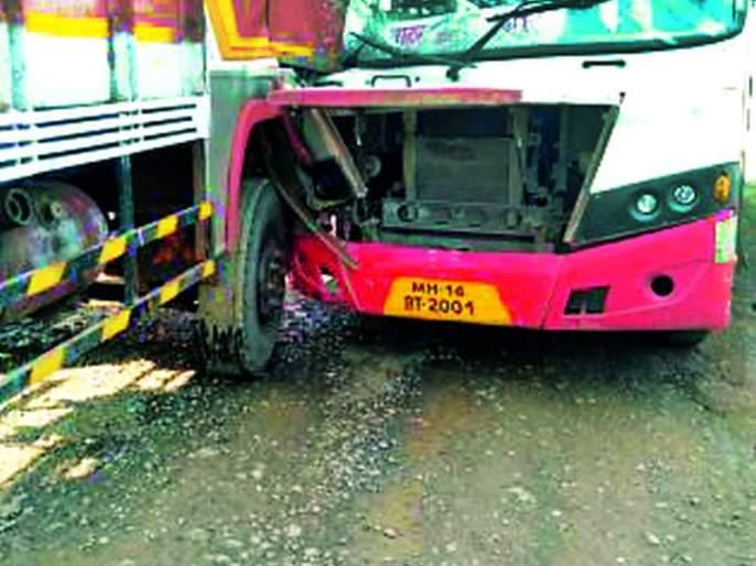 ST bus hit by truck near Mahagaon   महागावजवळ ट्रकची एसटी बसला धडक