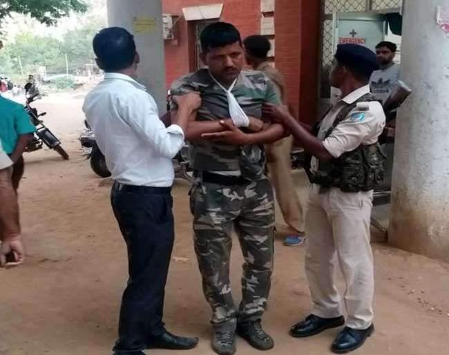 State office refused to open gate; Police beat up policemen | प्रदेश कार्यालयाचे गेट उघडण्यास नकार दिला; पोलिसाला भाजपा नेत्यांकडून मारहाण