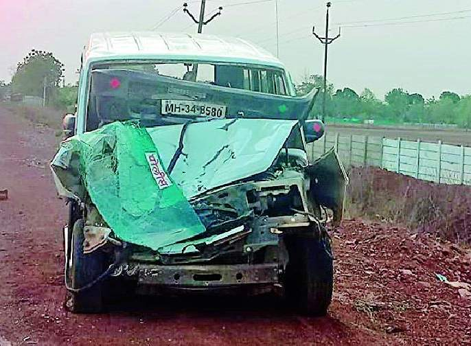 Three policemen injured along with the Thane driver in the accident | अपघातात ठाणेदारासह तीन पोलीस जखमी
