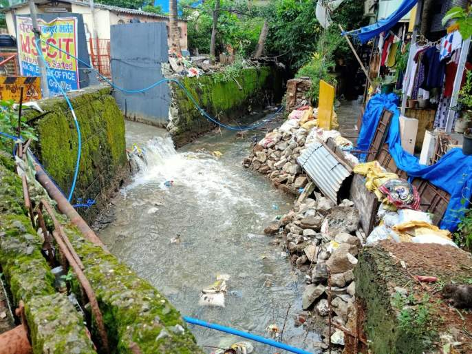 The natural water flow of the nallah diverted water into the houses | नाल्याचा नैसर्गिक जलप्रवाह वळविल्याने घरांत पाणी शिरले