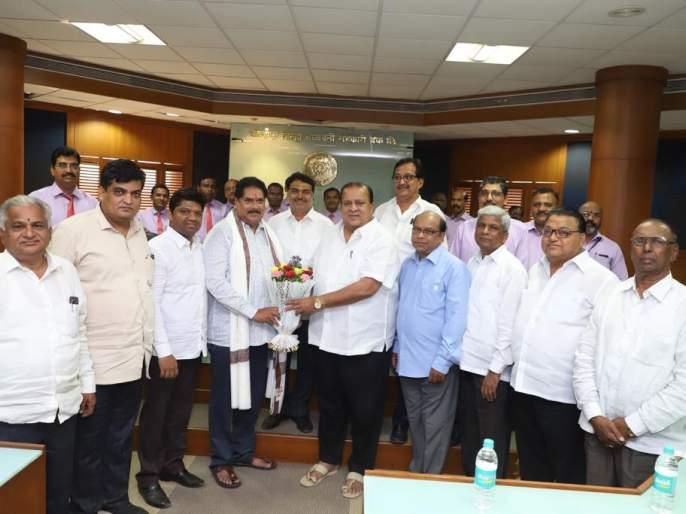 My colleague in the district bank has a large share: Felicitated at the hands of Mandalik, Mushrif | माझ्या खासदारकीत जिल्हा बँकेचा मोठा वाटा :मंडलिक, मुश्रीफ यांच्या हस्ते सत्कार