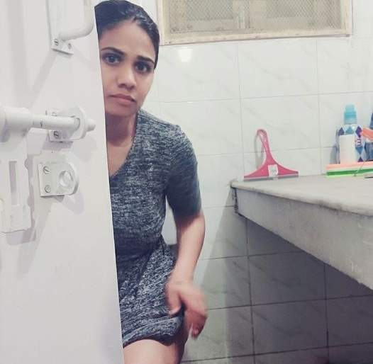 Currently in discussion! A single parent sitting with the toilet door open ... | सध्या चर्चेत! टॉयलेटचा दरवाजा उघडून बसलेली एकल पालक आई...
