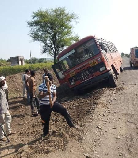 Accident on pandharkawada-Akola ST bus accident in Yavatmal district   यवतमाळ जिल्ह्यात पांढरकवडा-अकोला एसटी बसला अपघात