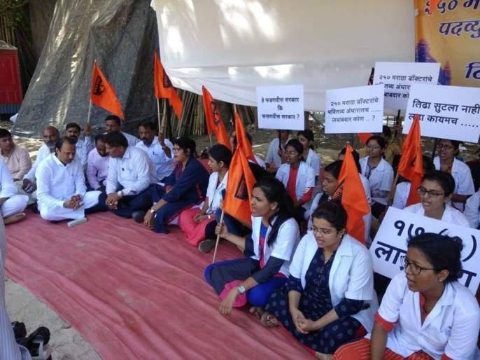 NCP Ajit Pawar meets Maratha medical students on agitation place | मराठा वैद्यकीय विद्यार्थ्यांच्या आंदोलनात राष्ट्रवादीची उडी; अजित पवारांनी घेतली भेट
