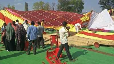And the tent collapsed on the police in Solapur | अन् सोलापुरातील पोलिसांवर मंडप कोसळला; पुढे काय झाले ते पहा...!