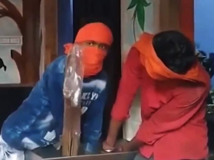 VIDEO : 2 thief entered in korba temple hand got stuck in donation box in Chhattisgarh   देवानेच दिली शिक्षा! मंदिरात चोरी करायला गेलेल्या चोराचे दानपेटीत अडकले हात आणि मग...