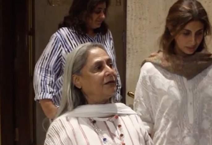 Jaya Bachchan gets angry at photographers for clicking pics at Manish Malhotra's father's prayer meet | तुम लोगों को बिल्कुल तमीज नहीं है न! जया बच्चन पुन्हा भडकल्या!!