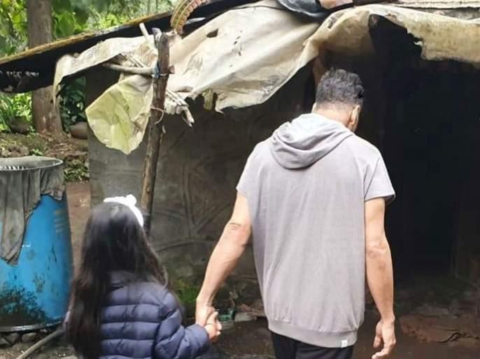 akshay kumar wrote heart touching post on instagram photo viral with nitara | झोपडीतील वृद्ध दांम्पत्याच्या पाहुणचाराने भारावला अक्षय कुमार; वाचा, मोठ्या मनाची मोठी स्टोरी