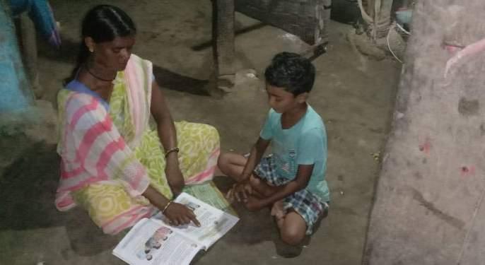 She has continued her child's education by counting the pots on the board | फळीवरची भांडी मोजायला लावत तिने सुरू ठेवले आहे मुलाचे शिक्षण
