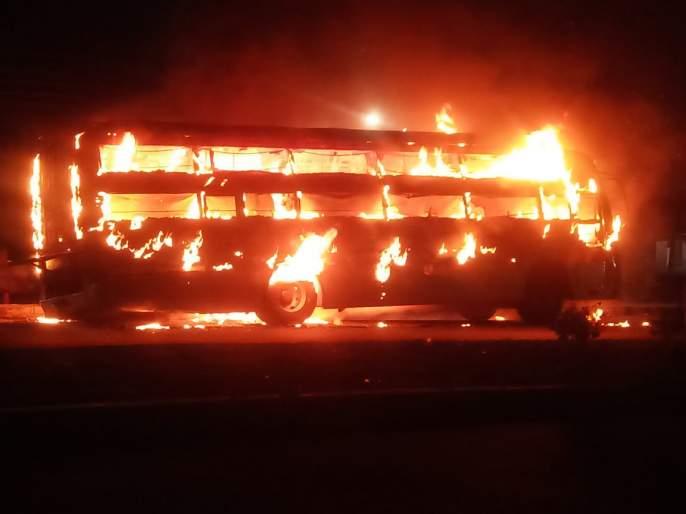 Travels in front of the Tivasa police station caught fire; Luckily the passengers in the bus were safe | Video: तिवसा पोलीस स्टेशनसमोर धावत्याट्रॅव्हल्सनं पेट घेतला; सुदैवाने बसमधील प्रवाशी सुखरूप