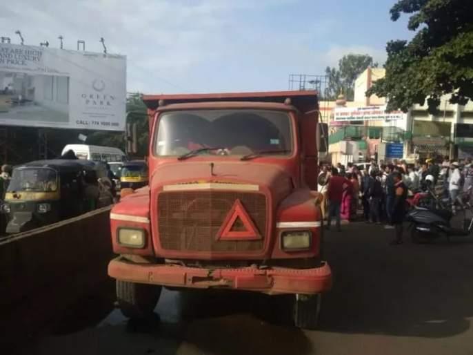 Dumper accident kills woman, police and ambulance driver conflict on issue of death in pune kodhava   डंपरच्या धडकेत महिला ठार, पोलिस अन् रुग्णवाहिका चालकात बाचाबाची
