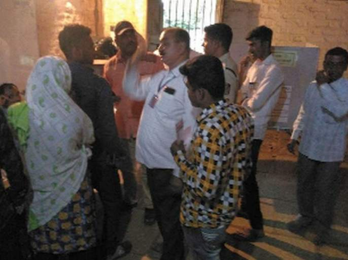 Shukushkat was held at polling booths till noon in the city   शहरात दुपारपर्यंत मतदान केंद्रांवर होता शुकशुकाट