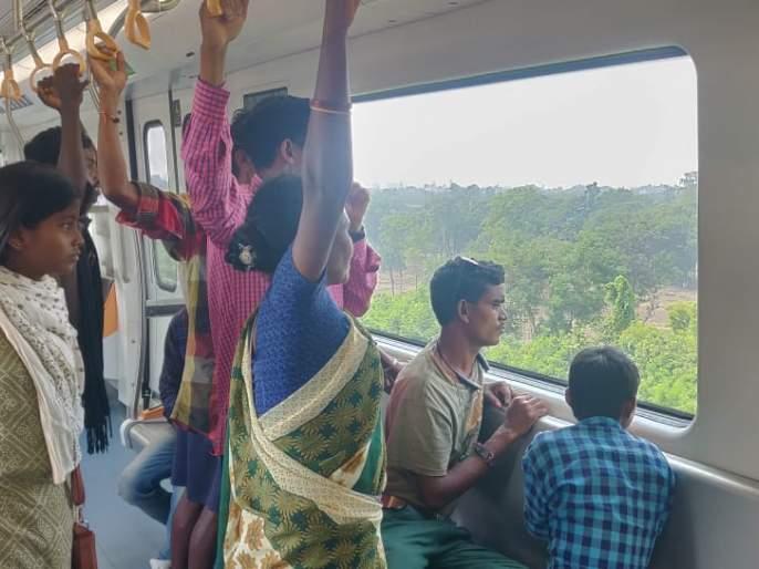Gadchiroli people visits Nagpur metro stations | नागपूर मेट्रो स्टेशन्सवर उमटली गडचिरोलीच्या रानावनातली पावले