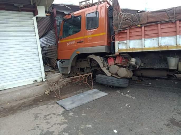 A truck rammed into the bus stand; Incidents in Amravati district | कोळशाने भरलेला ट्रक घुसला बसस्टँडच्या रसवंतीमध्ये; अमरावती जिल्ह्यातील घटना