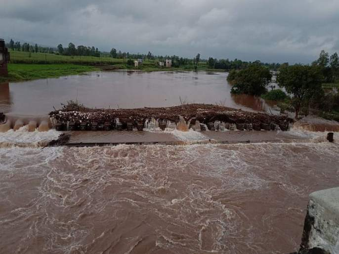 warana river flood in nave pargaon in Hatkanangale Taluka in Kolhapur District | झुडपे अडकल्यामुळे वारणेच्या पुराच्या पाण्याचा मार्ग बदलला