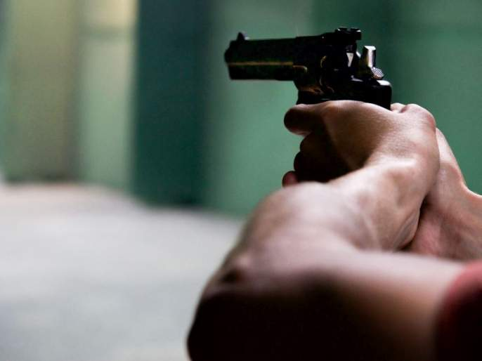 Police officer escapes with bullet in his pistol   आरोपीच्या पिस्तुलात गोळी अडकल्यानेच बचावला पोलीस अधिकारी