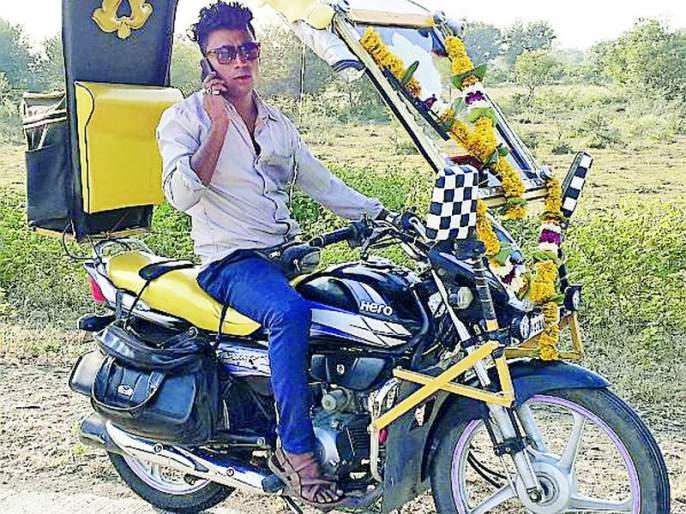 'He' takes two-wheeler pleasure on a bike   'तो' दुचाकीवर घेतो चारचाकीचा आनंद