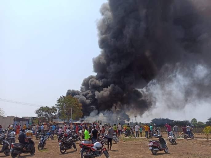 A huge fire broke out at a scrap godown in Baramati   बारामतीत भंगारच्या गोडाऊनला भीषण आग