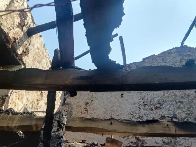 Shortsighted fire at Madilgay Khurd; Acknowledges burned in the ingredients   मडिलगे खुर्द येथे शॉर्टसर्किटने आग; प्रापंचिक साहित्य जळून खाक