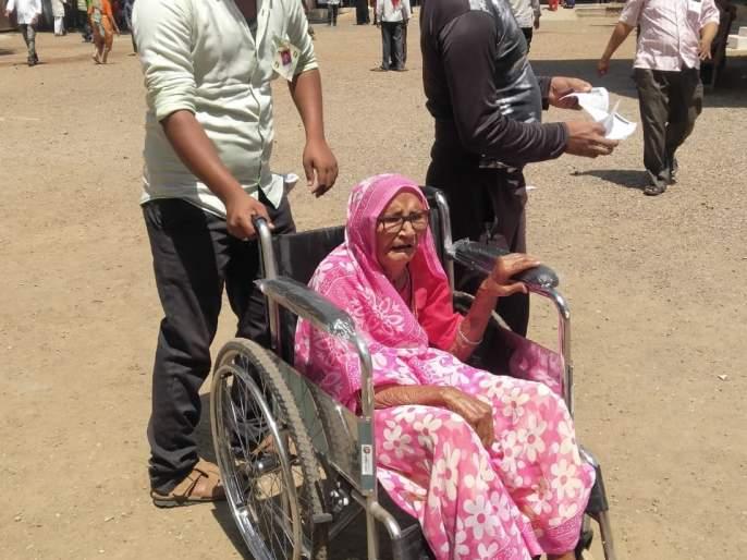 9 5-year-old women spontaneous voting! | ९५ वर्षीय आजीबाईचे उत्स्फूर्त मतदान!