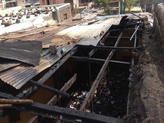 In Yadshi, Ashram under fire; four lakhs of asset burn | येडशीत आश्रमाला आग लागून चार लाखाचे साहित्य खाक