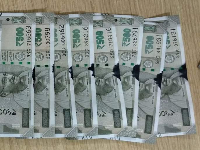 coloured and torned rupees received from ATM   एटीएममधून निघाल्या ५०० रुपयाच्या फाटक्या व रंग लागलेल्या नोटा