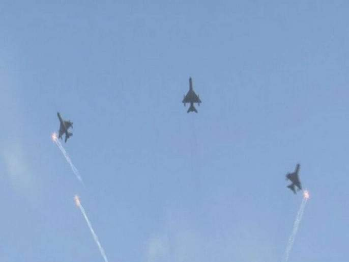 Wing Commander Abhinandan Varthaman fly fighter jets over Air Force Day Parade | रोमांचक! अभिनंदन आणि एअरस्ट्राइकमध्ये सहभागी वैमानिकांनी घडवला हवाई कसरतींचा थरार