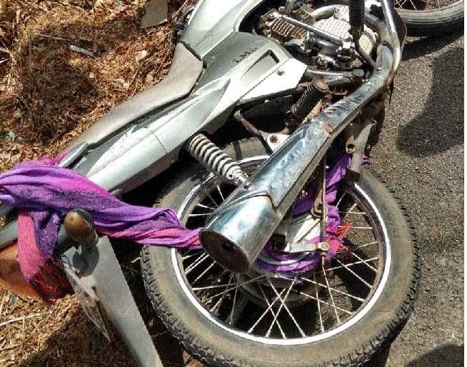 A triple accident on the nose of Banda-Patradevi   कंटेनर न्यूट्रल झाल्याचे बस चालकाच्या लक्षात येताच बस रिव्हर्स ; दुचाकी चालक बचावला
