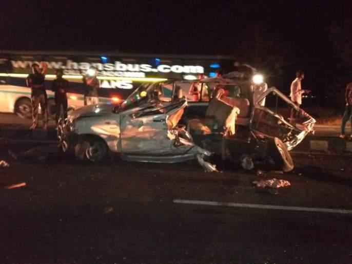 3 killed in accidental accident in ahemadnagar-pune road | पहाटेच्या झोपेत चालकाचा ताबा सुटला, भीषण अपघातात 3 ठार 1 जखमी