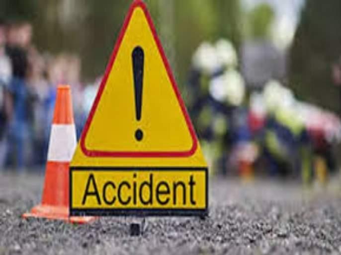 A rickshaw hit a suddenly stopped bus; Rickshaw driver died, one injured   अचानक थांबलेल्या बसला रिक्षाची धकड; रिक्षाचालकाचा मृत्यू, एक जखमी
