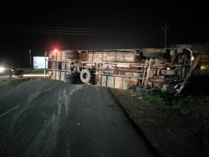 The driver was killed on the spot due to lost control on container carrying bikes near Gangakhed | नियंत्रण सुटल्याने भरधाव कंटेनर उलटला; चालक जागीच ठार
