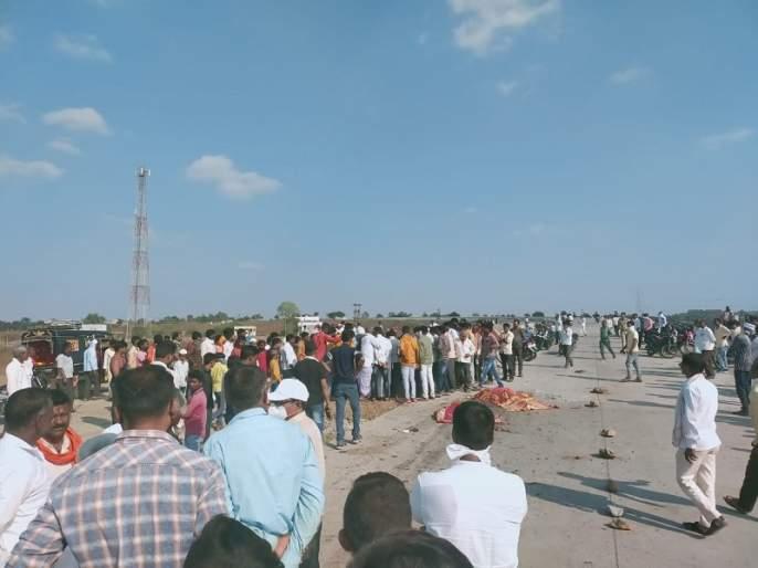 In Hingoli, a truck crushed two persons on a two-wheeler | हिंगोलीत भरधाव ट्रकने दुचाकीवरील दोघांना चिरडले